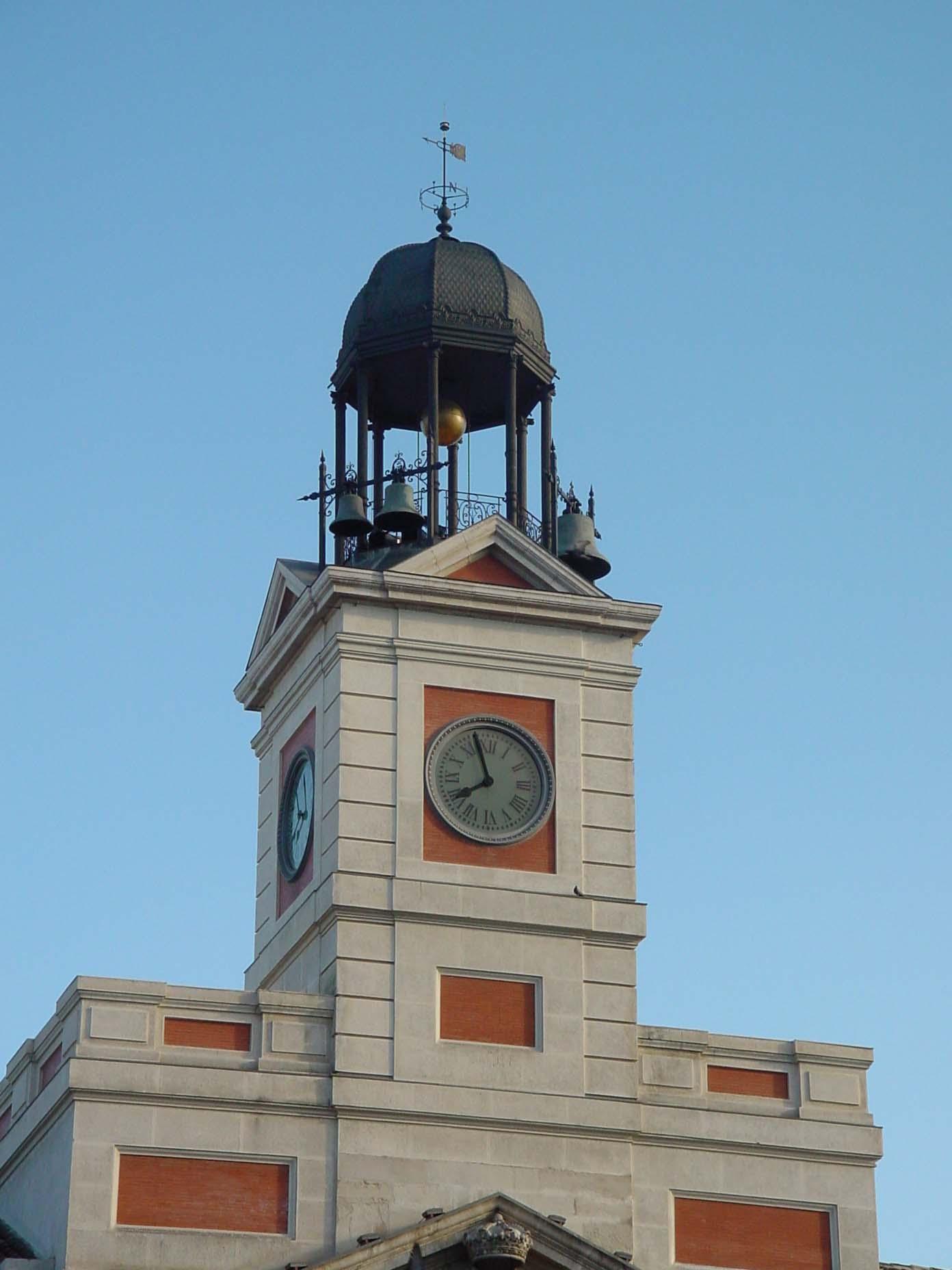 Reloj en fachada de Casa de Correos en Puerta del Sol de Madrid