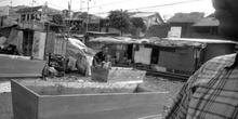 Ataúdes junto a vías de tren, Indonesia