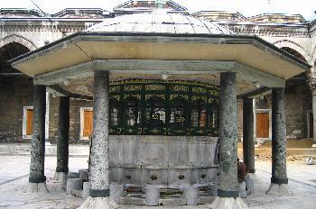 Fuente para lavar los pies en la entrada de Bayecid Camii, Estam