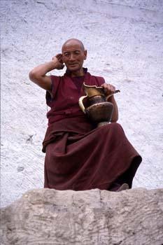 Monje en el gompa de Spitok, Ladakh, India