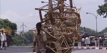 Transporte de muebles de mimbre en un rickshaw, Delhi, India