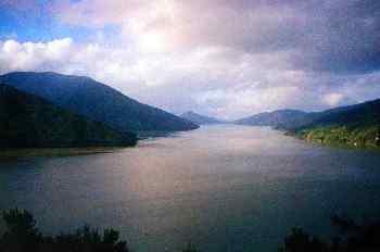 Fiordo en la zona norte de la Isla sur, Nueva Zelanda.