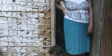 Mujer y niño en la puerta, Quilombo, Sao Paulo, Brasil