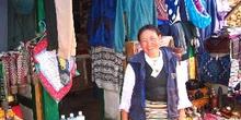 Vendedora de ropa en Namche Bazaar