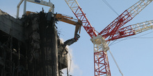 Grúa que ha demolido el edificio Windsor, en acción en la cima d