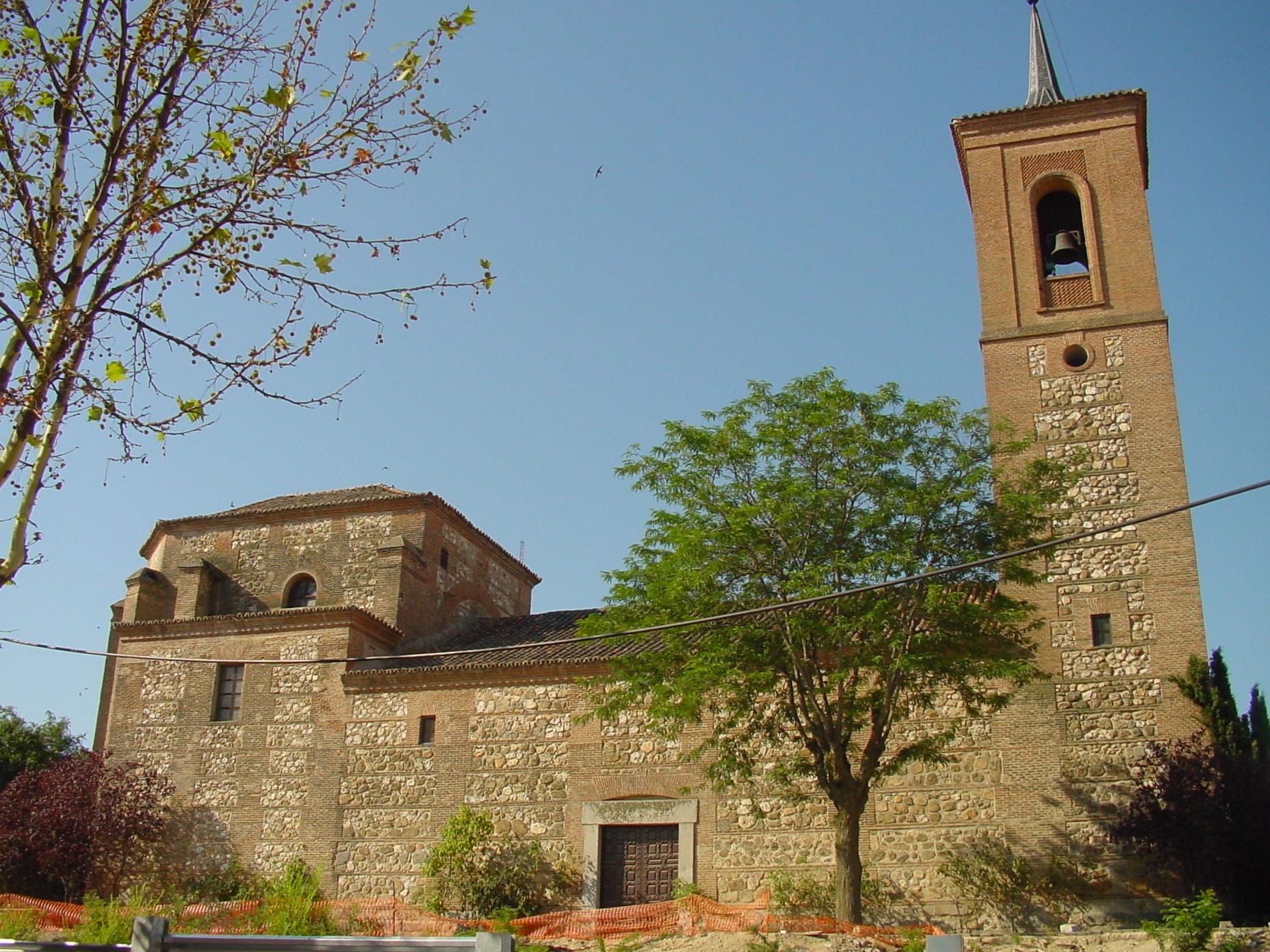 Vista lateral de iglesia en Las Rozas