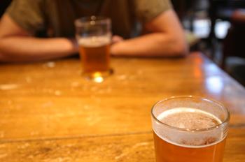Personas toman cerveza en un pub, Londres, Reino Unido