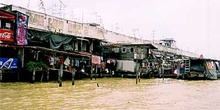 Casas construídas sobre el río, Bangkok, Tailandia