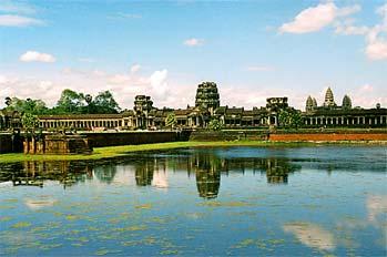 Skyline de Angkor reflejado en el lago, Camboya
