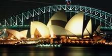 Vista nocturna del teatro de la ópera de Sydney, Australia