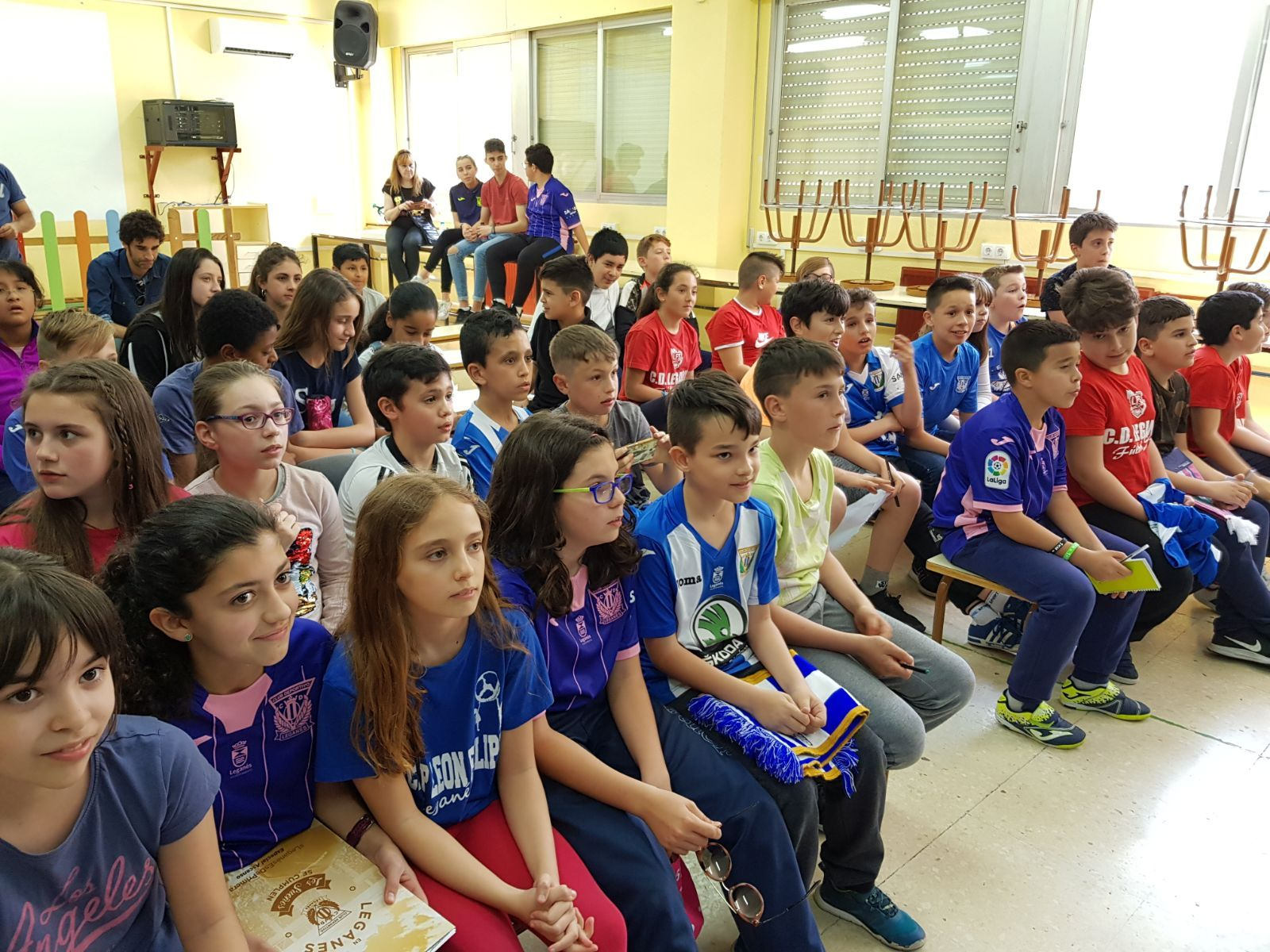 Los jugadores del C.F. Leganés visitan el cole 3