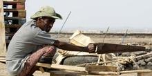 Hombre con sierra, Rep. de Djibouti, áfrica