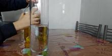 Dani intenta mezclar el agua y el aceite