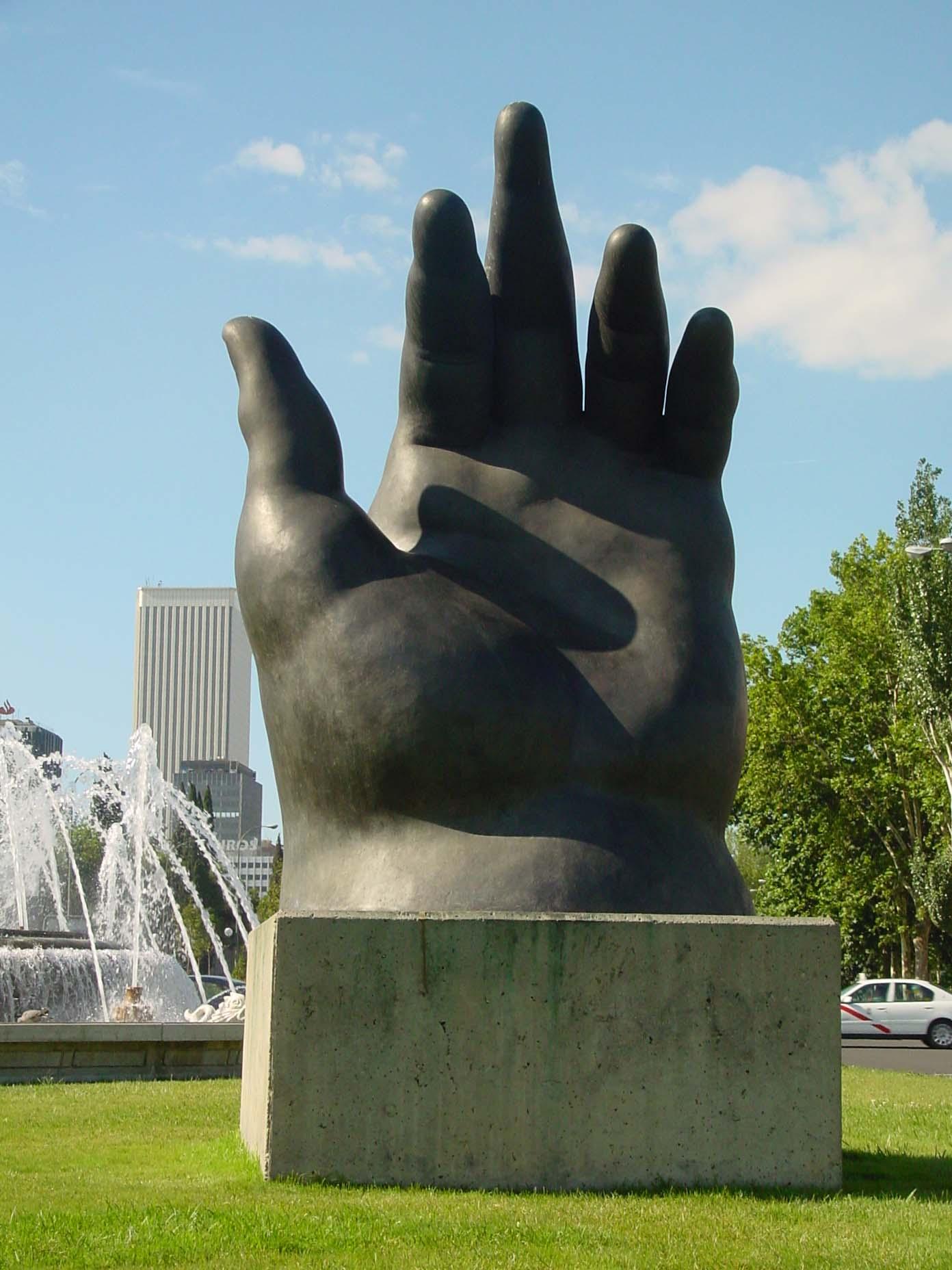 Escultura La Mano de Botero de Madrid