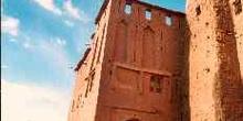 Casa de adobe con torre en Sakoura, Marruecos