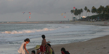 Niños en la playa de Maracaípe, Pernambuco, Brasil