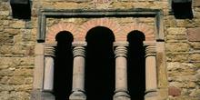 Ventana trífora de la iglesia de Santa María de Bendones, Oviedo