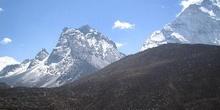 Acercamiento de montaña rocosa con nieve
