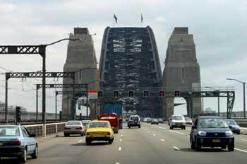 Tráfico en el puente de Sydney, Australia