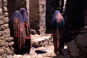 Mujeres en una calle de Thulla, Yemen