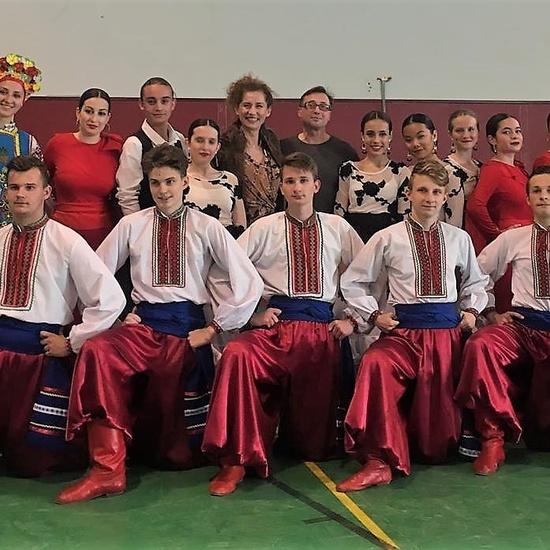 22- los dos grupos de danza