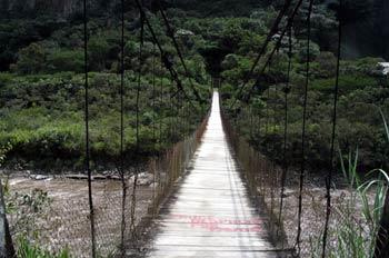 Puente Colgante sobre el Río Pastaza en Vía Baños de Puyo, Ecuad