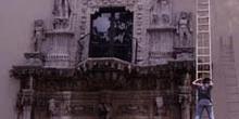 Trabajos de limpieza en la fachada plateresca de la Casa de Mont