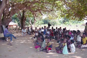 Escuela en la aldea de Namalaza, Mozambique