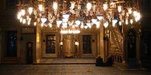 Sala para rezar con su iluminación en Eyup Camii, Estambul, Turq