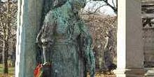 Estatua en el cementerio de Kerepesi, Budapest, Hungría