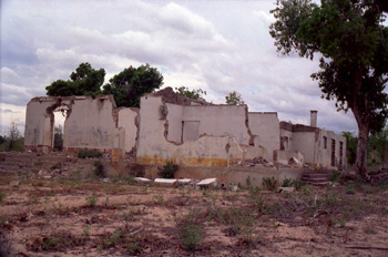 Edificación destruida durante la guerra, Mozambique
