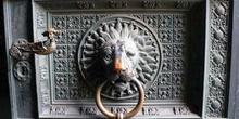 Detalle de llamador en puerta de metal, Colonia, Alemania