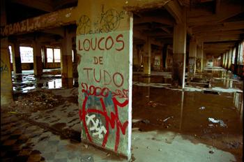 Pintada en pared de fábrica abandonada, favela de Sao Paulo, Bra