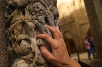 Mano en la columna de la Catedral de SAntiago de Compostela, La