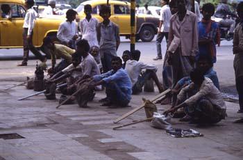 Trabajadores de la construcción ofreciendo sus servicios en la c