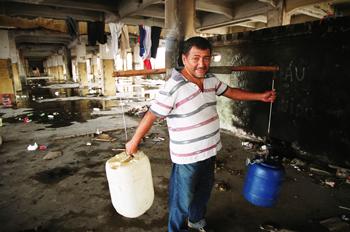 Hombre llevando cubos de agua, Favela de moinho, Sao Paulo, Bras