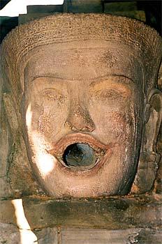 Cabeza de mujer con boca abierta, Angkor, Camboya
