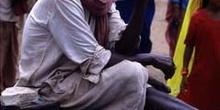 Cambista ofreciendo moneda fraccionaria para limosna, Pushkar, I