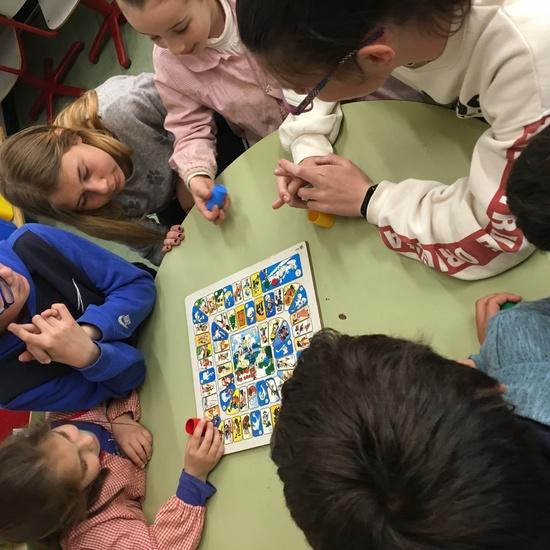 Buddies: 5 años y sexto enseñando a jugar. 27