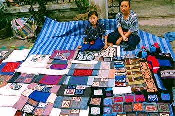 Detalle de productos textiles con diseños lao, Laos