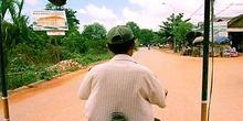 Interior de moto-rickshaw por carreteras camboyanas