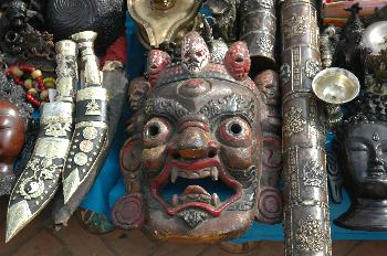 Venta de máscaras y muñecas religiosas, Katmandú, Nepal